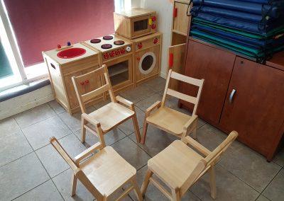 Quatre chaises en bois arrangées en cercle