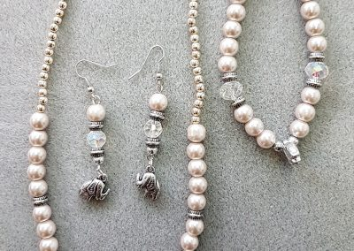 une paire de boucles d'oreilles et un bracelet et collier assortis