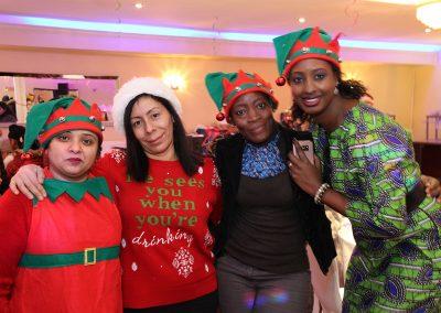 Des employées d'Afrique au Féminin habillées en lutin pour Noël
