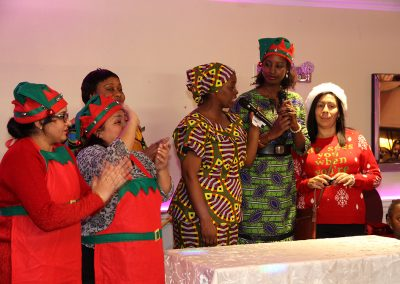 Les employées d'Afrique au Féminin parle à la fête de Noël, habillées en lutin