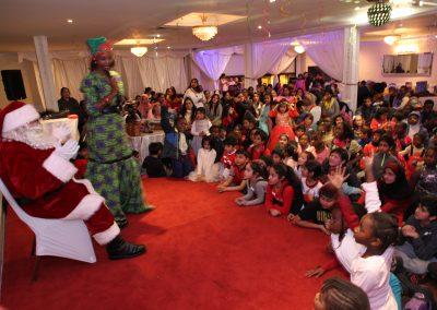 Les employées d'Afrique au Féminin parle à la fête de Noël, habillées en lutin avec le Père Noël