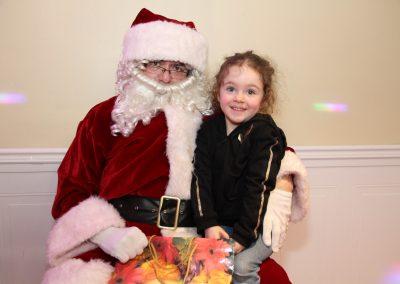 Le père Noël avec une jeune fille avec des cheveux frisés