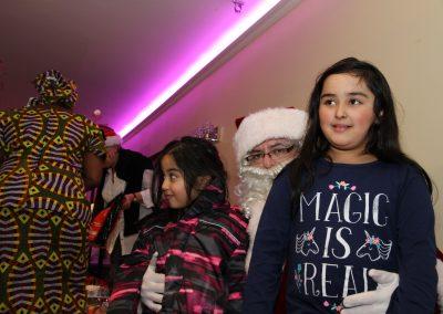 Le Père Noël avec deux filles et Rose, la directrice