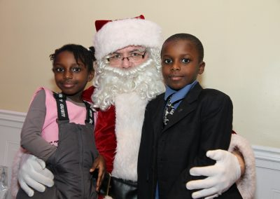 Le Père Noël avec un garçon et une fille