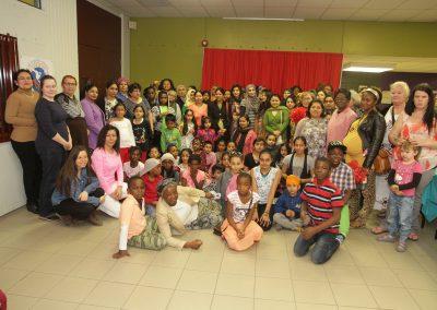 Des familles de Parc-Extension posent ensemble