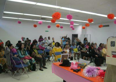 Les femmes et les filles sont assises dans le public, prêtes pour un événement